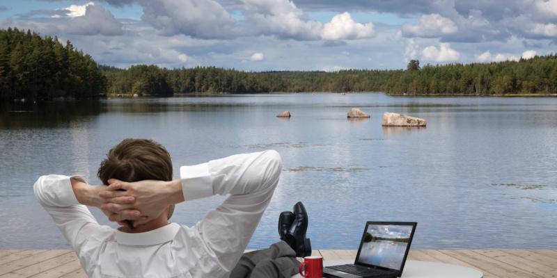 Geschäftsmann entspannt am See