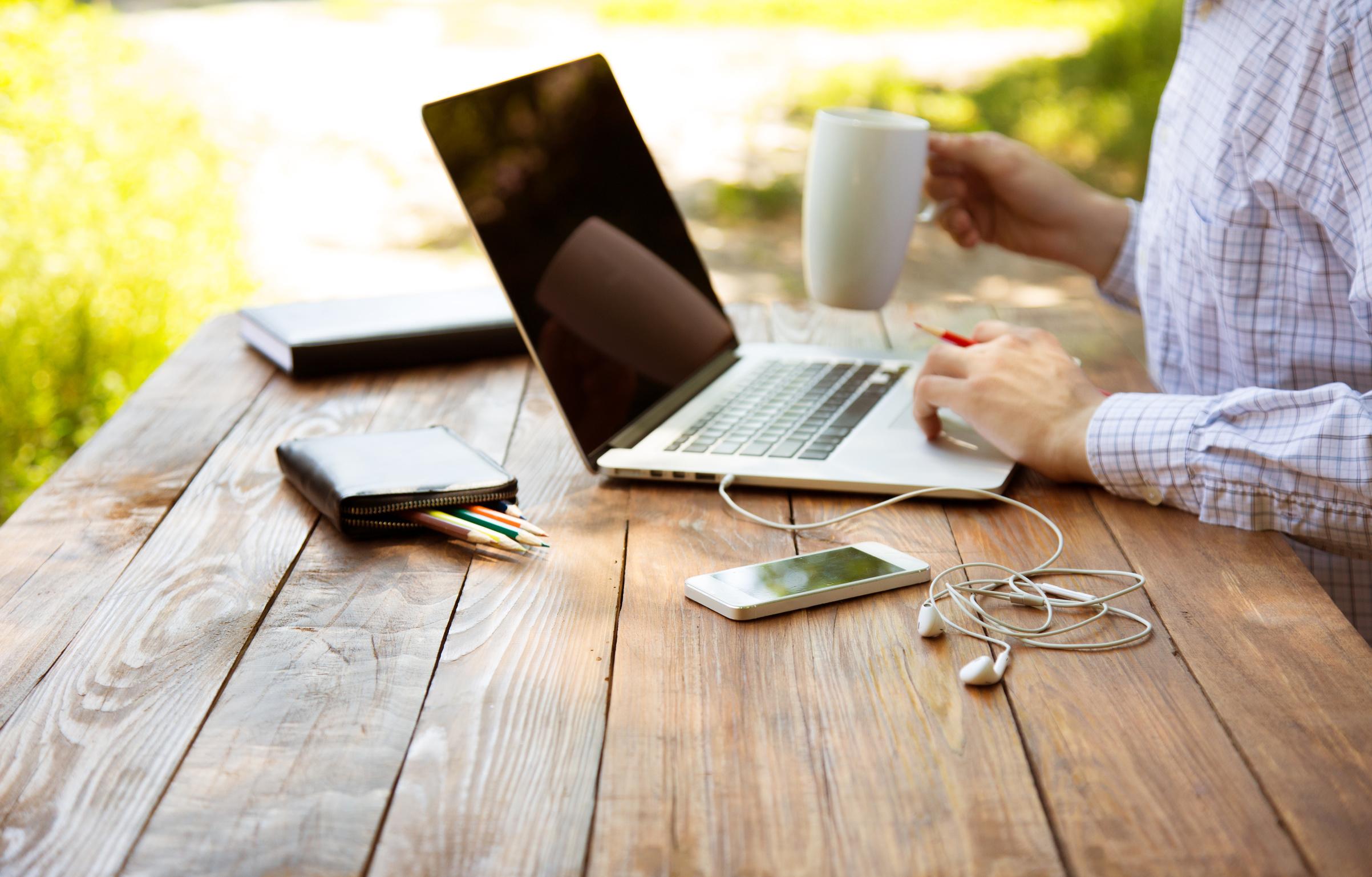 Draußen arbeiten am Laptop