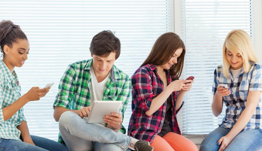 Studenten mit Smartphones